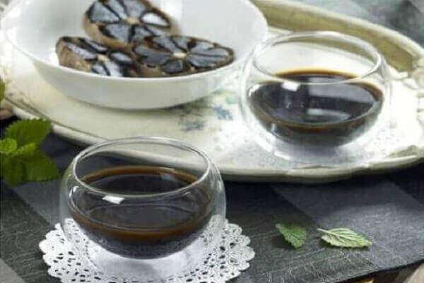 Bạn có thể sử dụng tỏi đen bằng cách uống nước ép tỏi đen