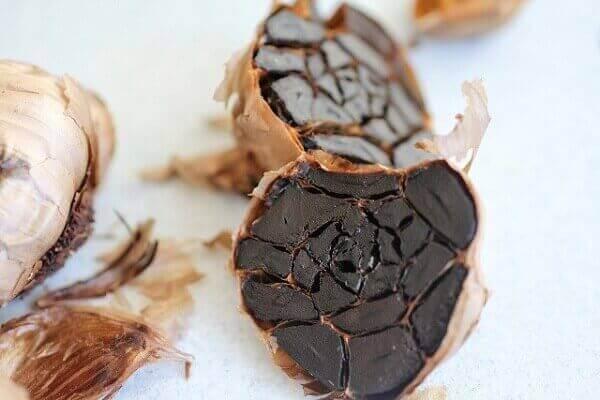 Tỏi đen là tỏi khô được chuyển màu đen từ quá trình lên men của tỏi cô đơn bằng phản ứng Maillard.