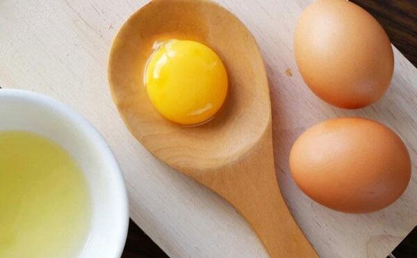 Trứng gà có nhiều thành phần dinh dưỡng như chất béo, vitamin, protein,…Những chất này giúp hỗ trợ cho quá trình phát triển, tăng cường sức khỏe