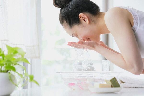 Rửa mặt bằng nước muối sinh lý hàng ngày rất tốt cho làn da