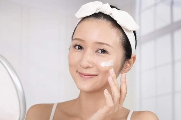 Các bước chăm sóc da sau khi rửa mặt bằng nước muối sinh lý