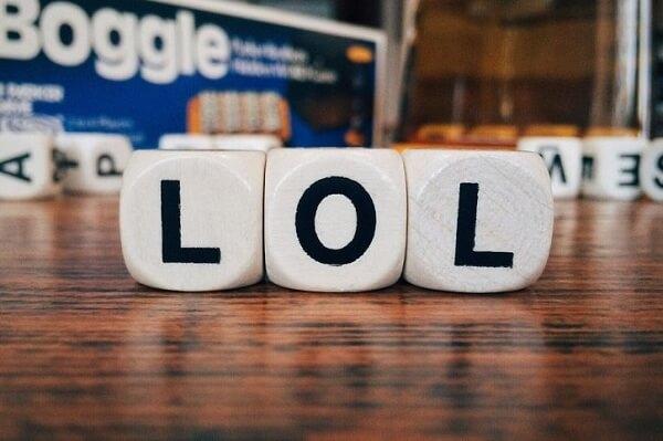 """LOL được viết tắt theo Laughing Out Loud hiểu theo nghĩa Việt Nam là """"cười lăn cười bò"""""""