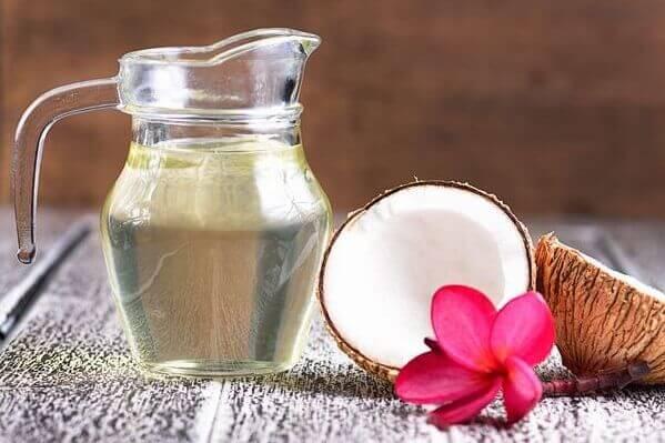 Dầu dừa có 2 loại là dầu dừa hữu cơ không qua tinh chế và dầu dừa tinh khiết, nguyên chất