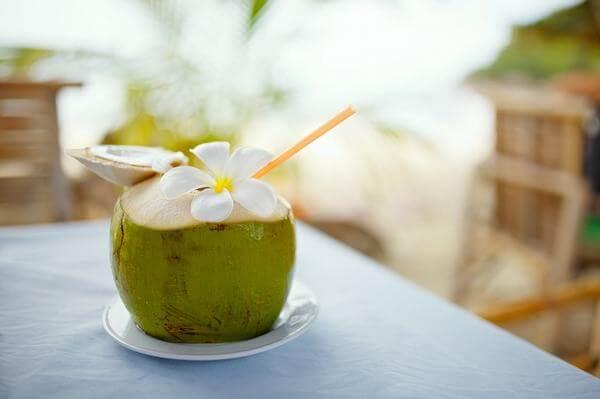 Uống nước dừa đúng cách sẽ giúp bạn khỏi tiêu chảy nhanh chóng.