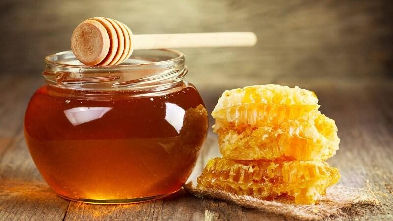 Trong mật ong nguyên chất, đường tự nhiên chiếm khoảng ( 80%)